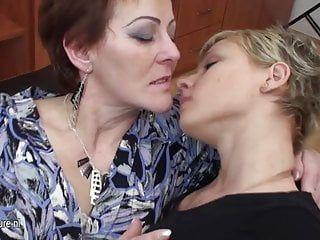 Drei alte und jugendliche lesbische Babes haben Freude