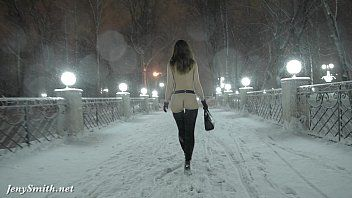Jeny Smith zog sich im Schneefall aus und ging durch die Stadt