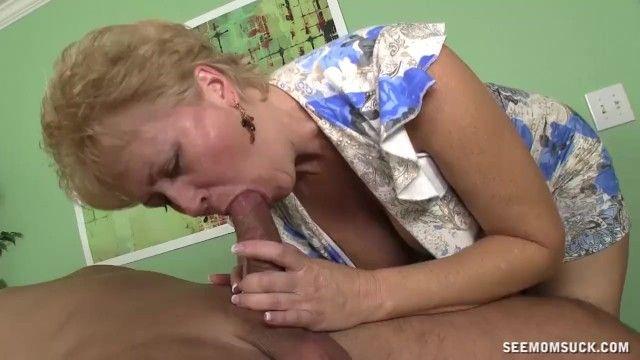 Sexuell aufgeregte Milf saugt den Knopf ihres Mannes