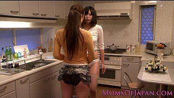 Japanische lesbische Hausfrauen lecken Liebestunnel