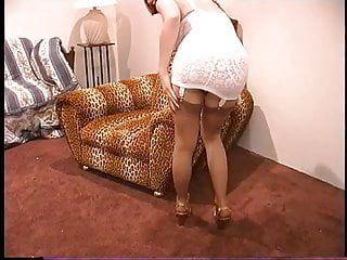 Сексуальная панк-шлюшка в нейлоне снимает каблуки пробует ее горячие ступни