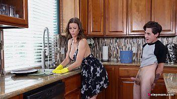 Die sexy Stiefmutter Alexis Fawx kann die Hausarbeit nicht erledigen, während der Stiefsohn versucht, sie ohne Unterbrechung zu ficken