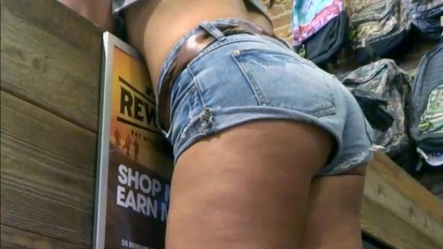 Candid smokin hawt milf in miniature jean shorts