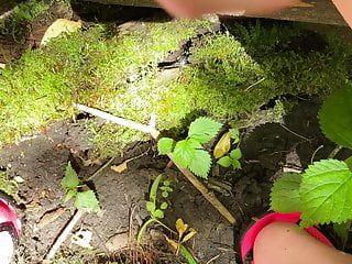 Fettleibige Schneider in der Öffentlichkeit in der Öffentlichkeit neben dem Tubing River