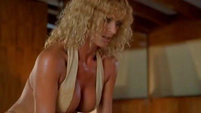 Bikini Milf verführt unerfahrenen Kerl auf dem Boot