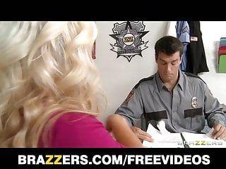 Brazzers - büyük baştankara sarışın milf bir polis tarafından delinmiş aranıyor