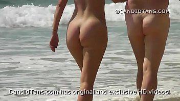 Heiße Milf Mama mit einem großen Gazoo zu Fuß am öffentlichen Strand ausgesetzt
