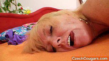 Blonde, nicht professionelle Dame zum ersten Mal