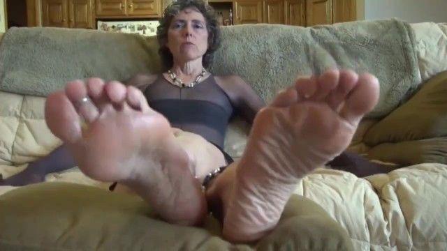 Oma möchte Zunge auf ihren Sohlen fühlen, nicht frustrieren