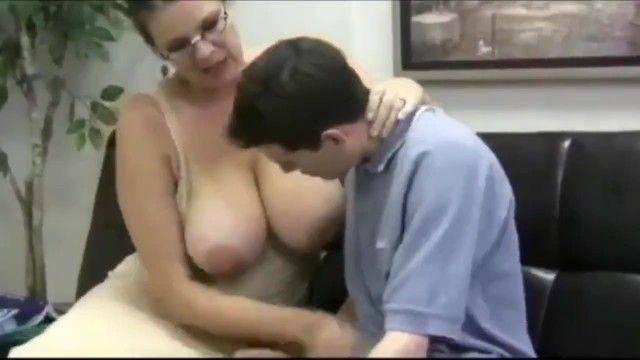 Heiße Mama mit großen Milchsäcken bekommt Hardcore geschraubt