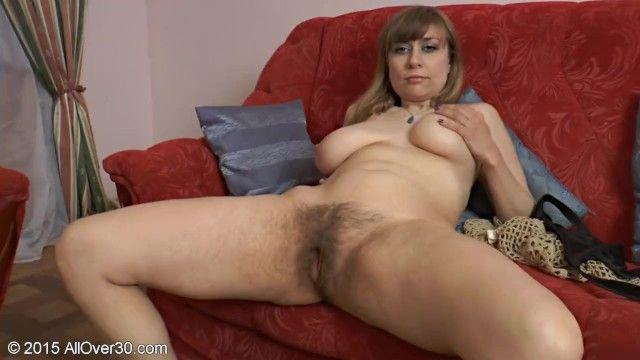Die gealterte Dame zeigt ihren lockigen Pelzkuchen