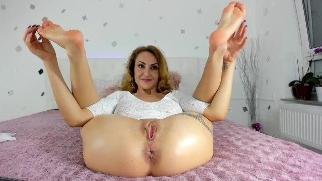 Milf amalianilsson positions with her stinky older soles and backdoor for u to sniff and take up with the tongue
